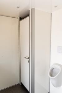 Wassergespülte Urinale im Herrenabteil